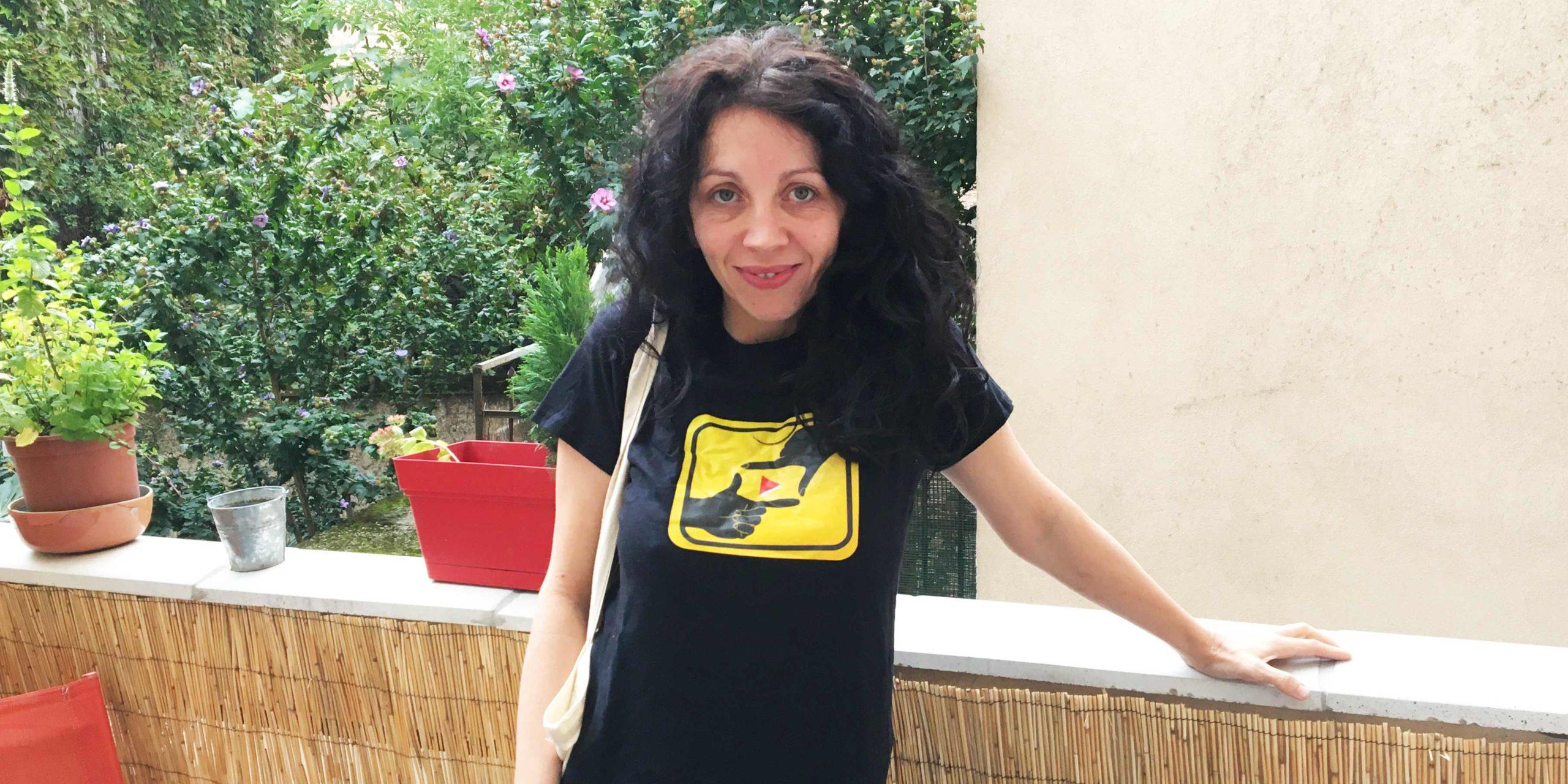 La réalisatrice Karine Dufaut avec le tee-shirt A Portée Deux Mains